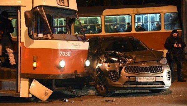 ВОдессе трамвай сошел срельсов ипротаранил машину