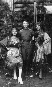 Офицер с актрисами в цыганских костюмах