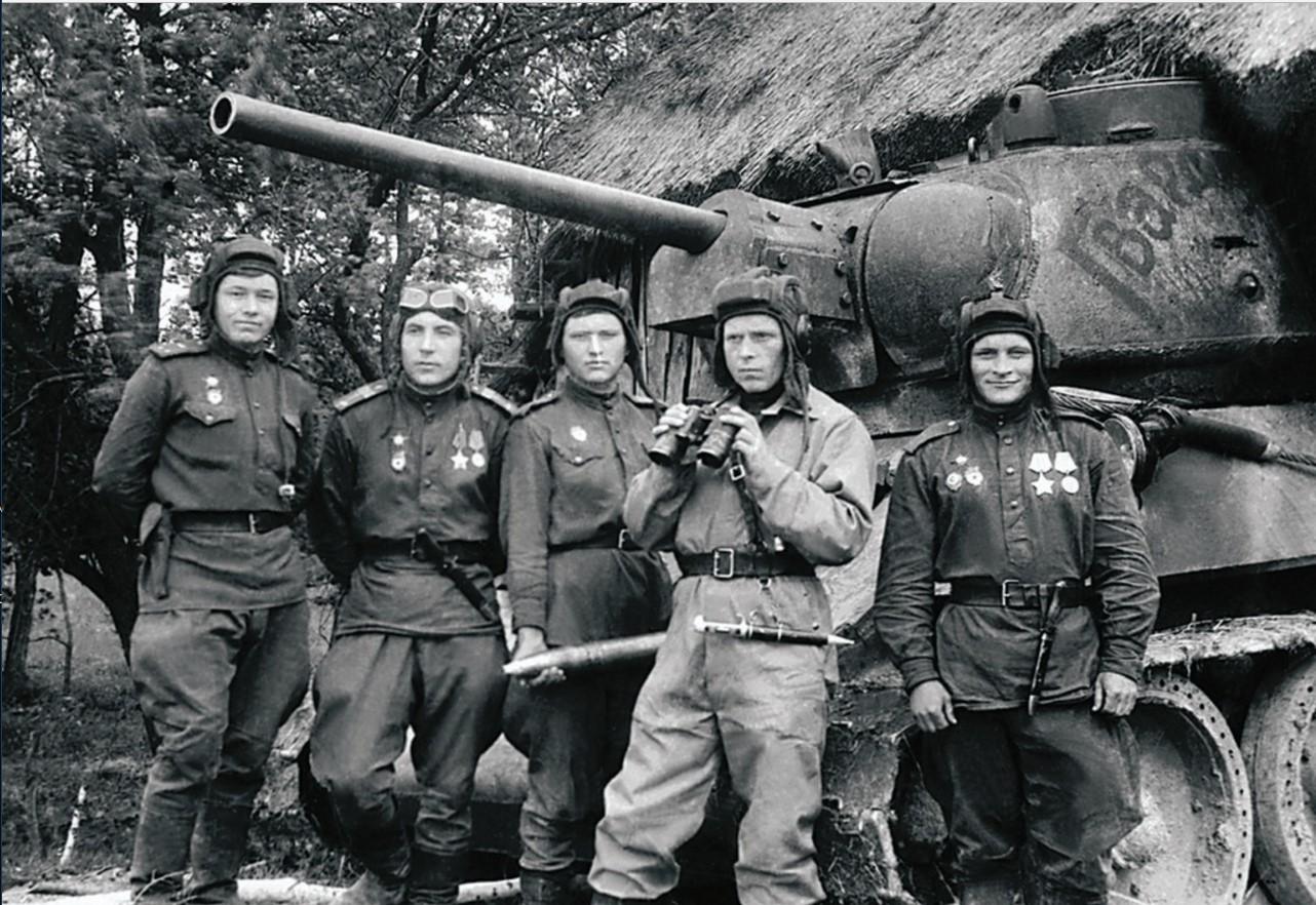 Перед началом Львовской операции. Экипаж танка «Гвардия» 2-го танкового батальона 63-й гвардейской Челябинской танковой бригады