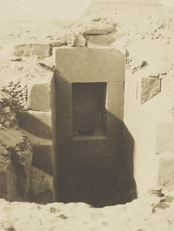 Пирамиды Гизы. Раскопки г-н Мариетта, гранитные ворота открытые слева от Сфинкса