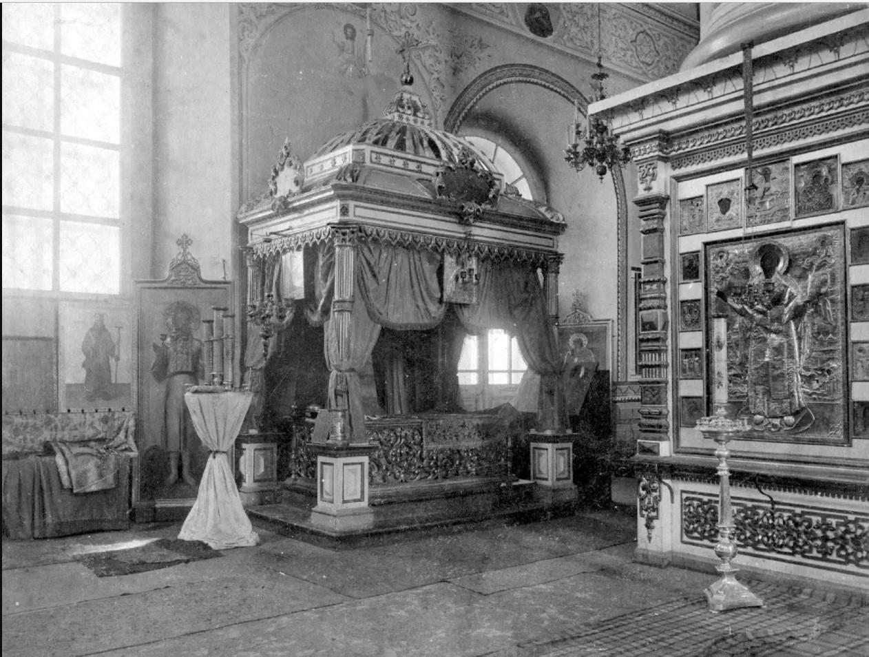 Трифонов монастырь. Успенский собор. Старые рака и сень над мощами преп.Трифона Вятского