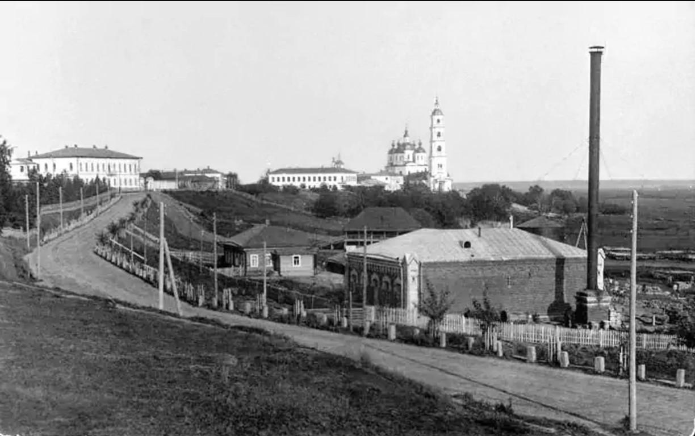 Вид дома, где находилась электрическая центральная телефонная станция, на втором плане - Спасский собор и колокольня