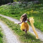 Девочка бежит