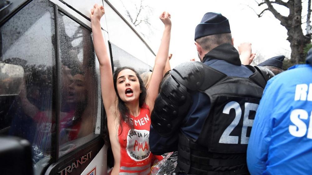 Полуголые феминистки вмешались в митинг против абортов в Париже