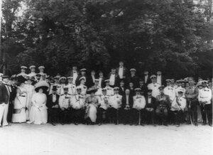 Группа членов клуба и гостей в саду