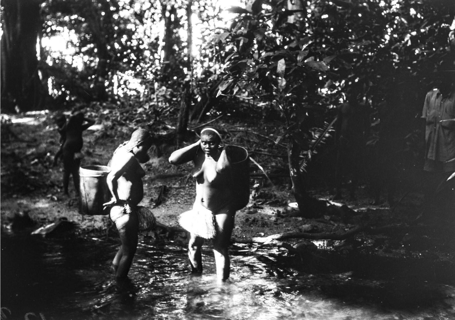 1182. Народность онге. Женщины набирают воду в заводи