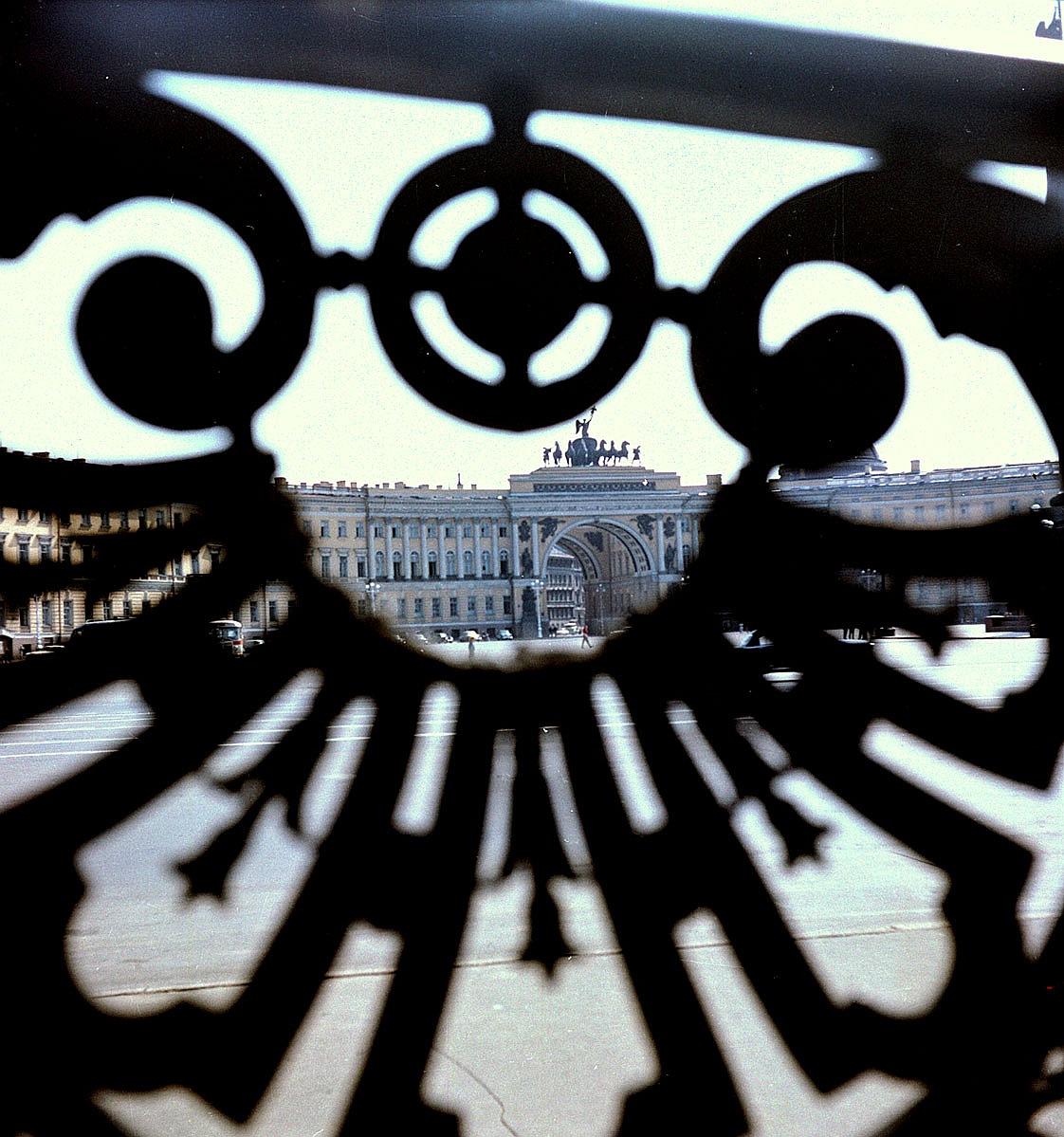 Вид Дворцовой площади через чугунное ограждение