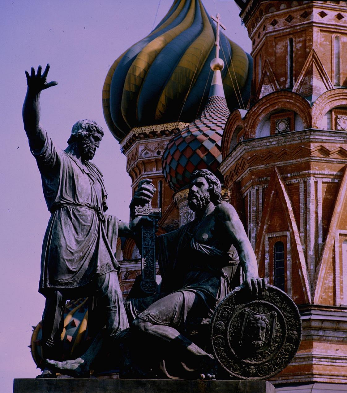 Памятник Минину и Пожарскому перед собором Василия Блаженного