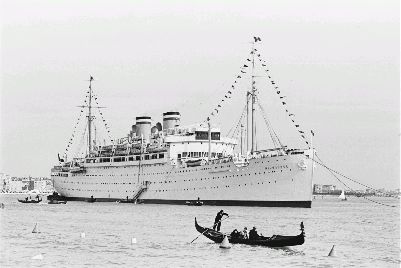 Средиземноморский круиз. Италия. Пассажирское судно «Милуоки» в лагуне Венеции