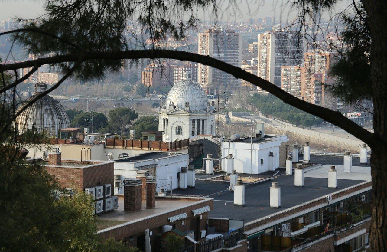 Мадрид. Купола вокзала Принсипе Пио. Вид из Западного парка