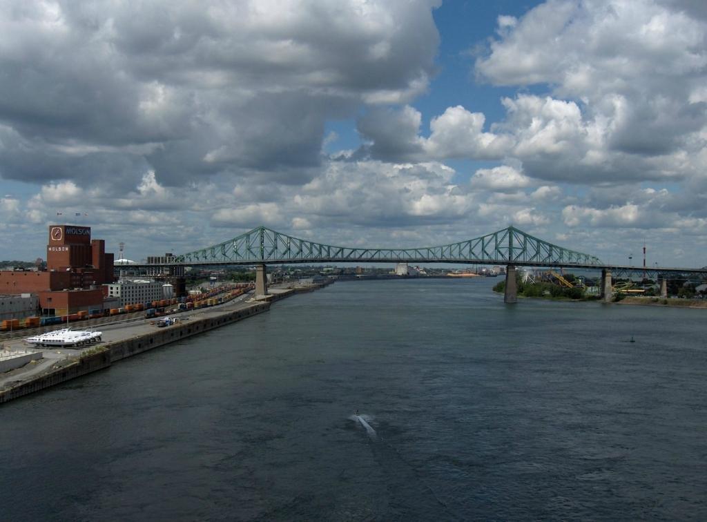 8. Мост Жака Картье Монреаль, Канада Мост Жака Картье перекинут через реку Святого Лаврентия к остро