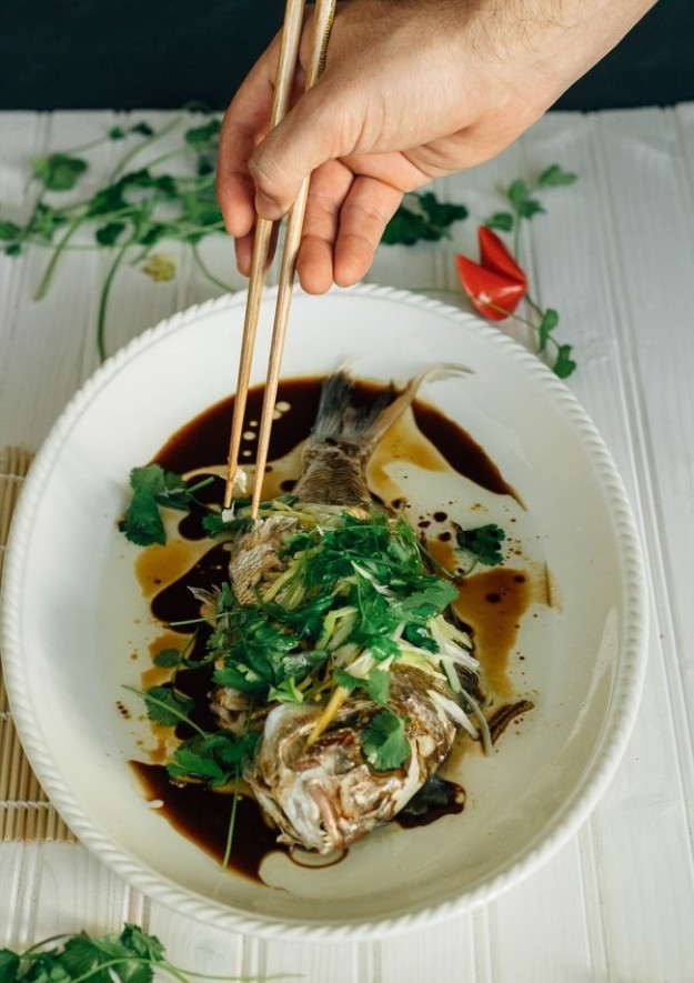 Целая рыба, приготовленная на пару, — обязательный компонент праздничного стола. Поедание животных ц