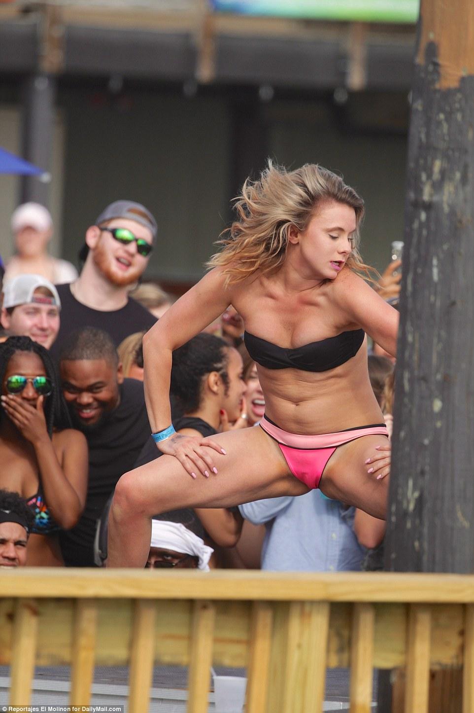 Рядом с клубом Spinnaker Beach Club, который по вторникам проводит вечеринки под названием «Пляжная