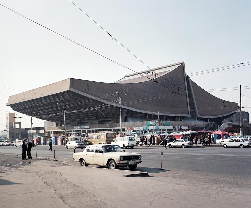 Кинотеатр «Россия» в Ереване, Армения. В общей сложности в книге представлены 90 сооружений. И каждо