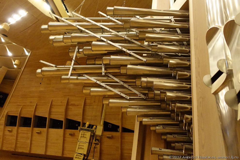 17. Предыдущий кадр я сделал с маленького балкончика, на который можно выйти изнутри органа. Он