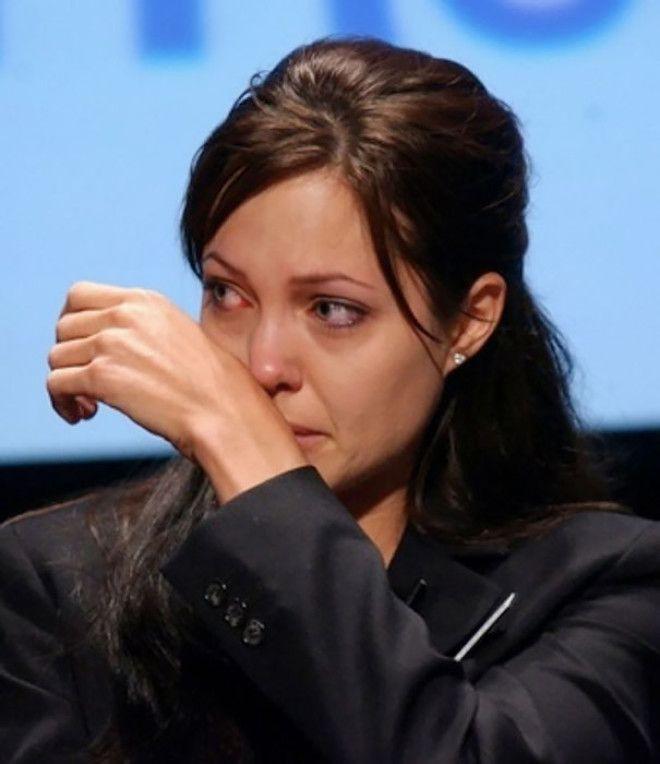 Анджелина Джоли долгое время страдала от депрессии. В связи с прогнозом медиков о высоком риске забо