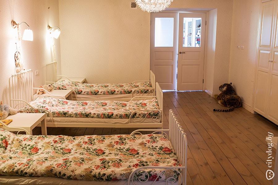 76. В детской для каждой девочки предусмотрены отдельная кровать, тумбочка, светильник, личный шкаф.