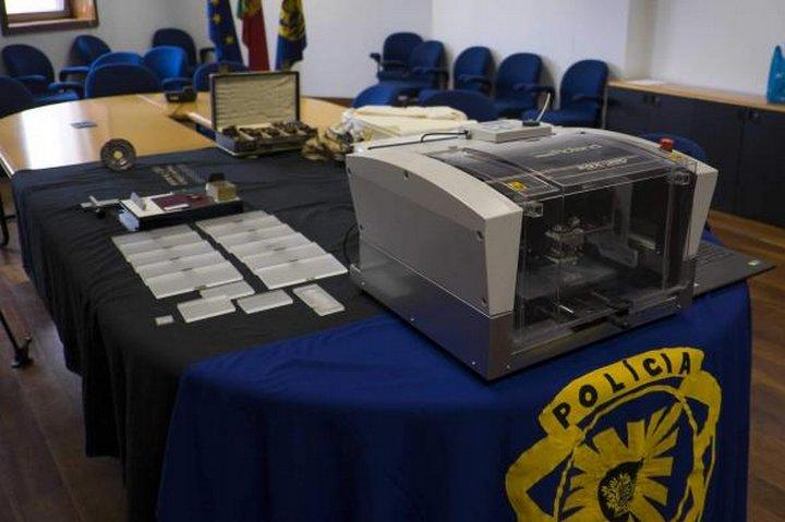 Среди изъятых материалов была найдена специальная бумага и серебряная фольга, использовавшаяся для п