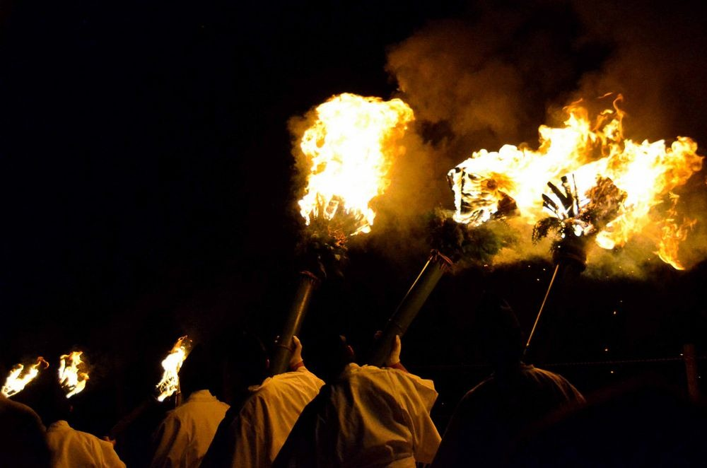 Оттуда группы участников несут факелы по городу в сторону горы Вакакуса, потухшего вулкана, возвышаю