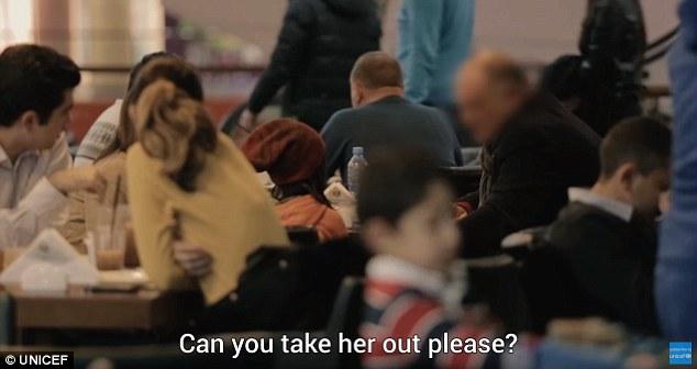 Но когда Анано появилась в ресторане в образе бездомной, реакция посетителей кардинально поменялась.