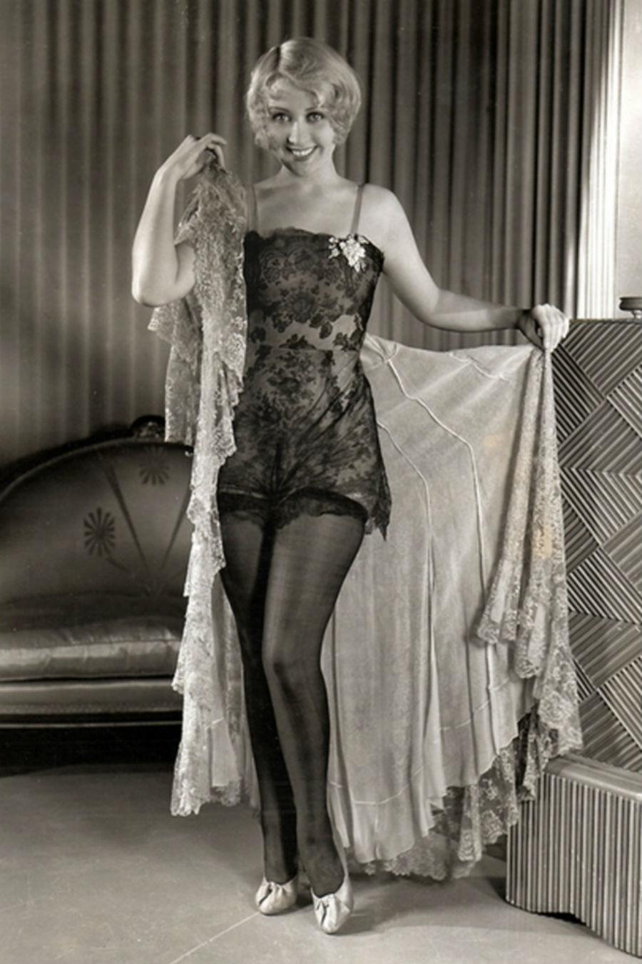 Начиная с 1930-х неотъемлемой частью образа женщин стали чулки. Такое изменение было спровоцировано