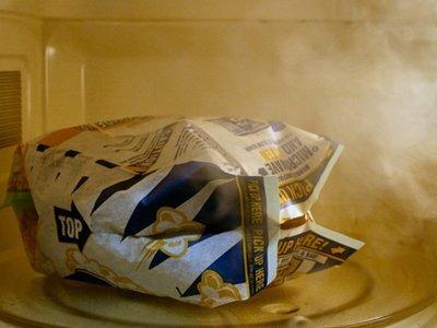 7. Если трясти пакет с попкорном, оттуда не вылетят неразорвавшиеся зерна. Смысл лайфхака в том, что
