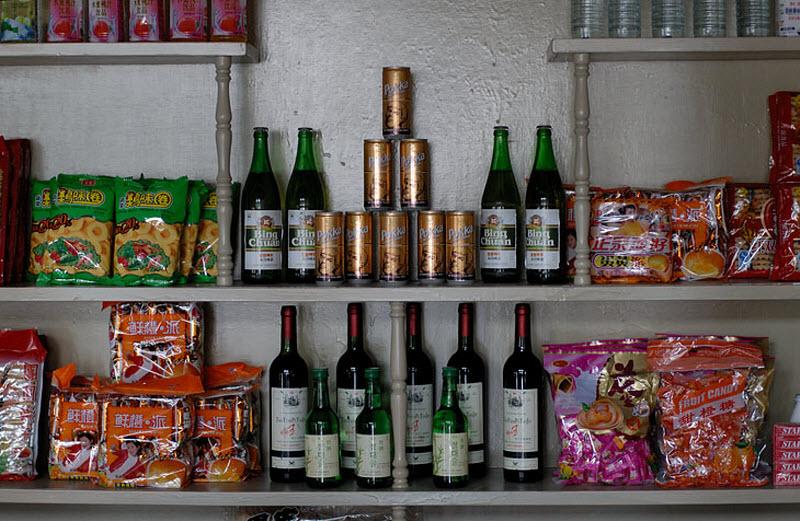 15. Типичный ассортимент магазина для иностранцев. Срок годности чипсов истек пару лет назад. Бутылк
