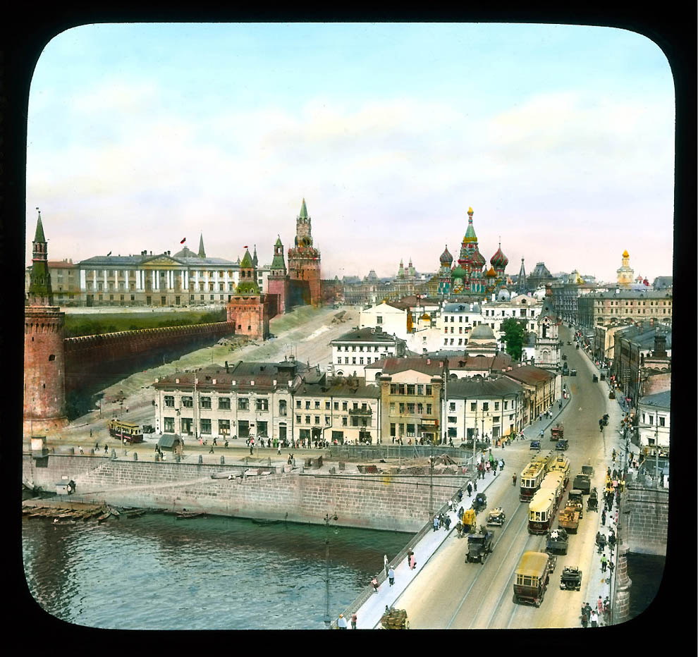 Вид на Москворецкую улицу и Васильевский спуск от Большого Москворецкого моста.