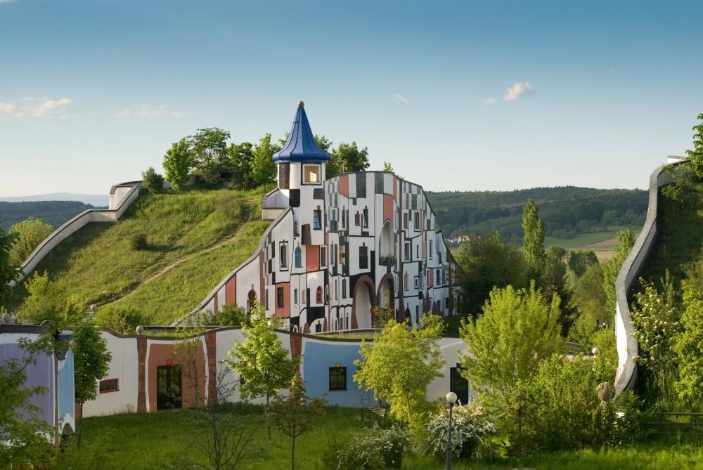 Отель в Австрии Спа-отель, спроектированный австрийским архитектором Фриденсрайхом Хундертвассером (
