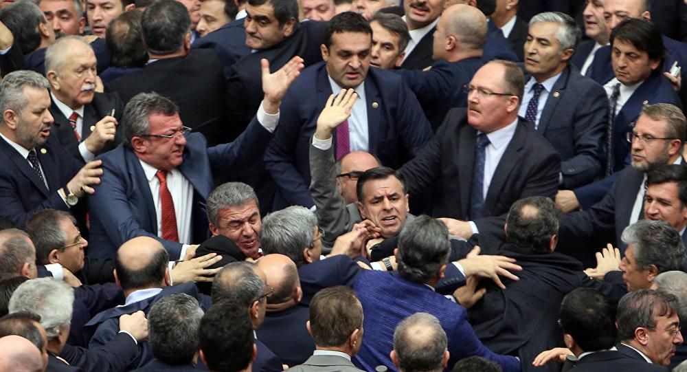 Турецкие народные избранники подрались впроцессе обсуждения конституционных перемен