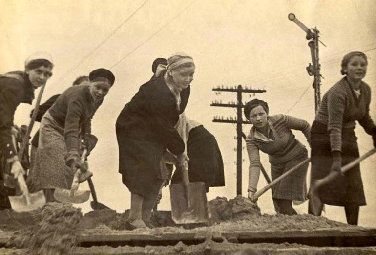 Молодежь города Мурманска на строительстве оборон. сооружений. 41.jpg