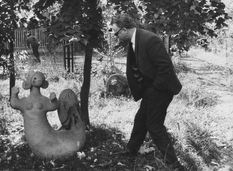 Доцент Н. С. Селезнев во внутреннем дворике Училища 1969 В. Тарасевич МВХПУ, бывшее Строгановское училище.jpg