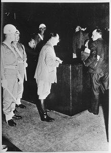 Герман Геринг садится на скамью подсудимых