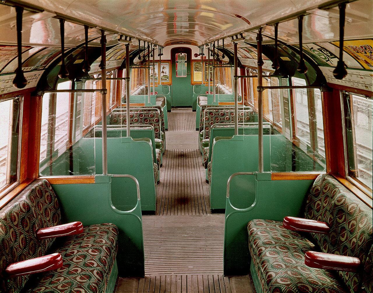 1938. Интерьер вагона поезда лондонского метро