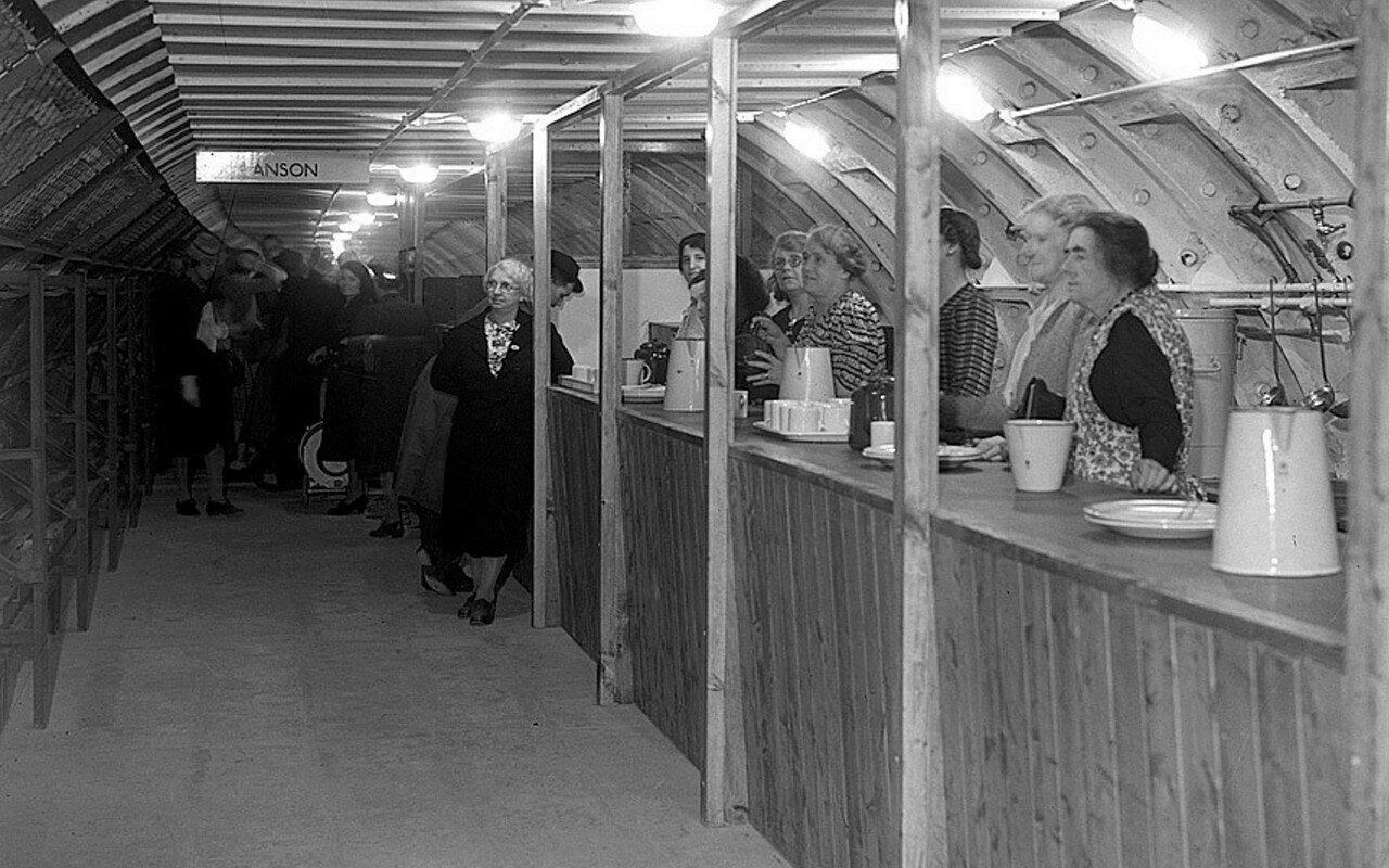 1940. Женщины готовы угостить желающих чаем в подземном убежище на станции «Энсон»
