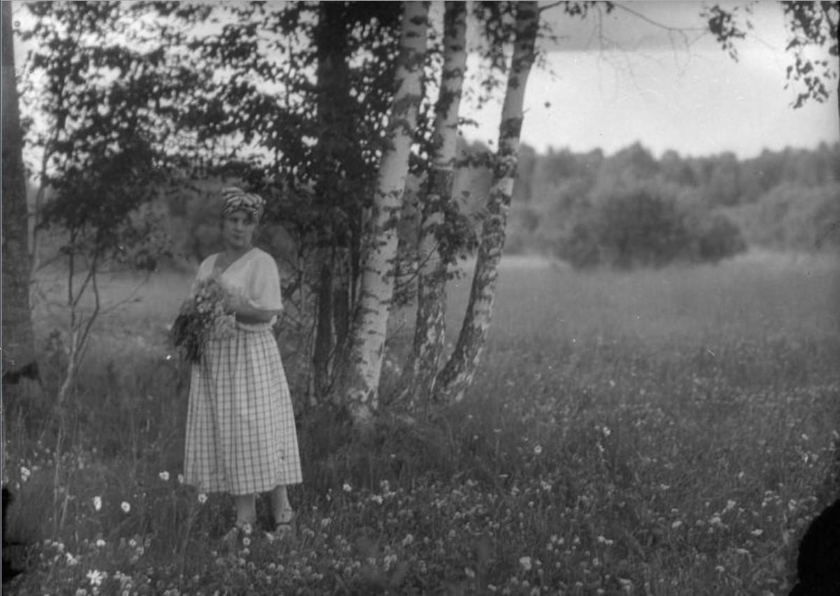 Женщина на опушке леса