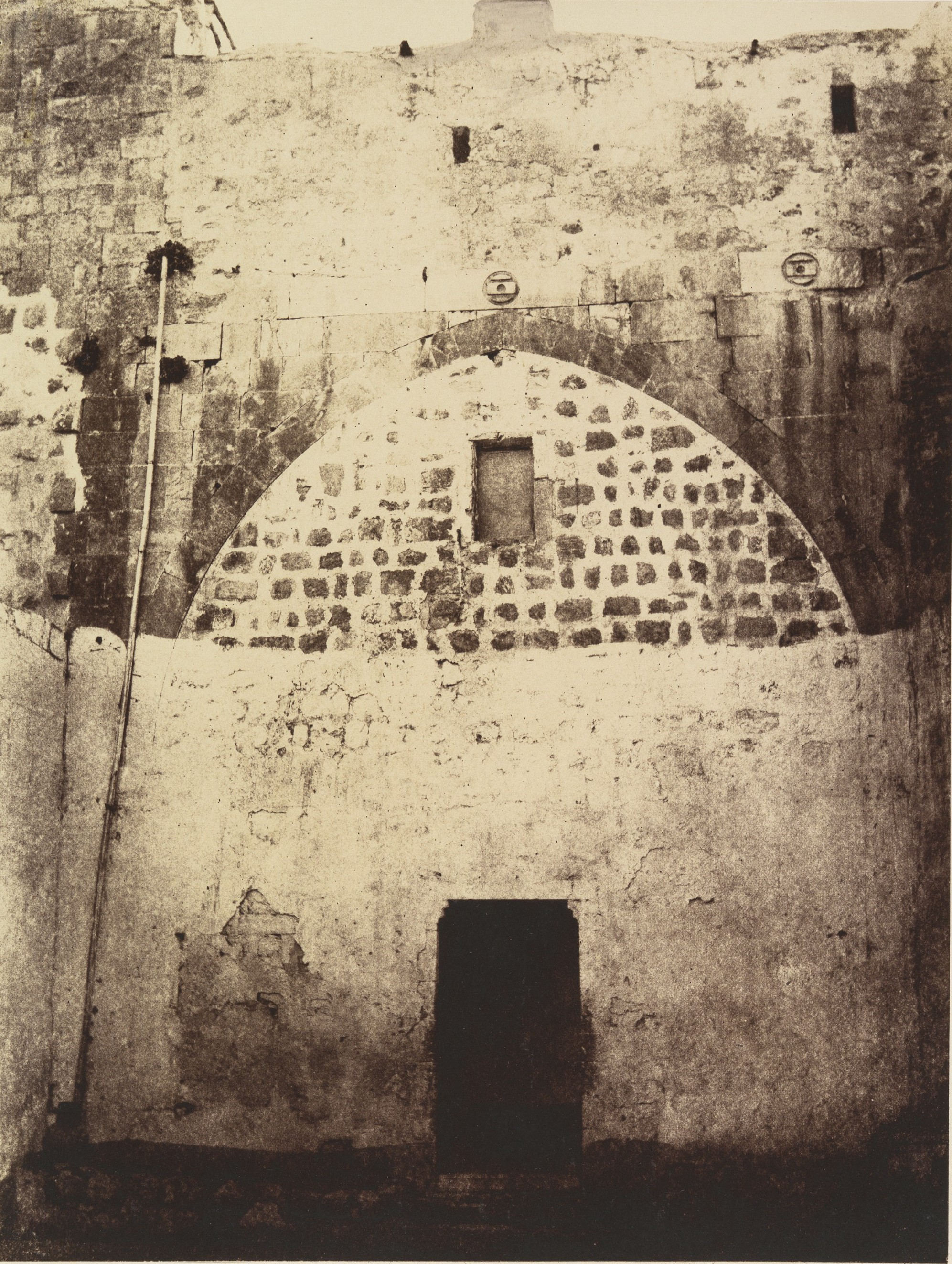 I станция - это место, где Иисус был приговорен к казни Понтием Пилатом. Внутренний двор турецких казарм