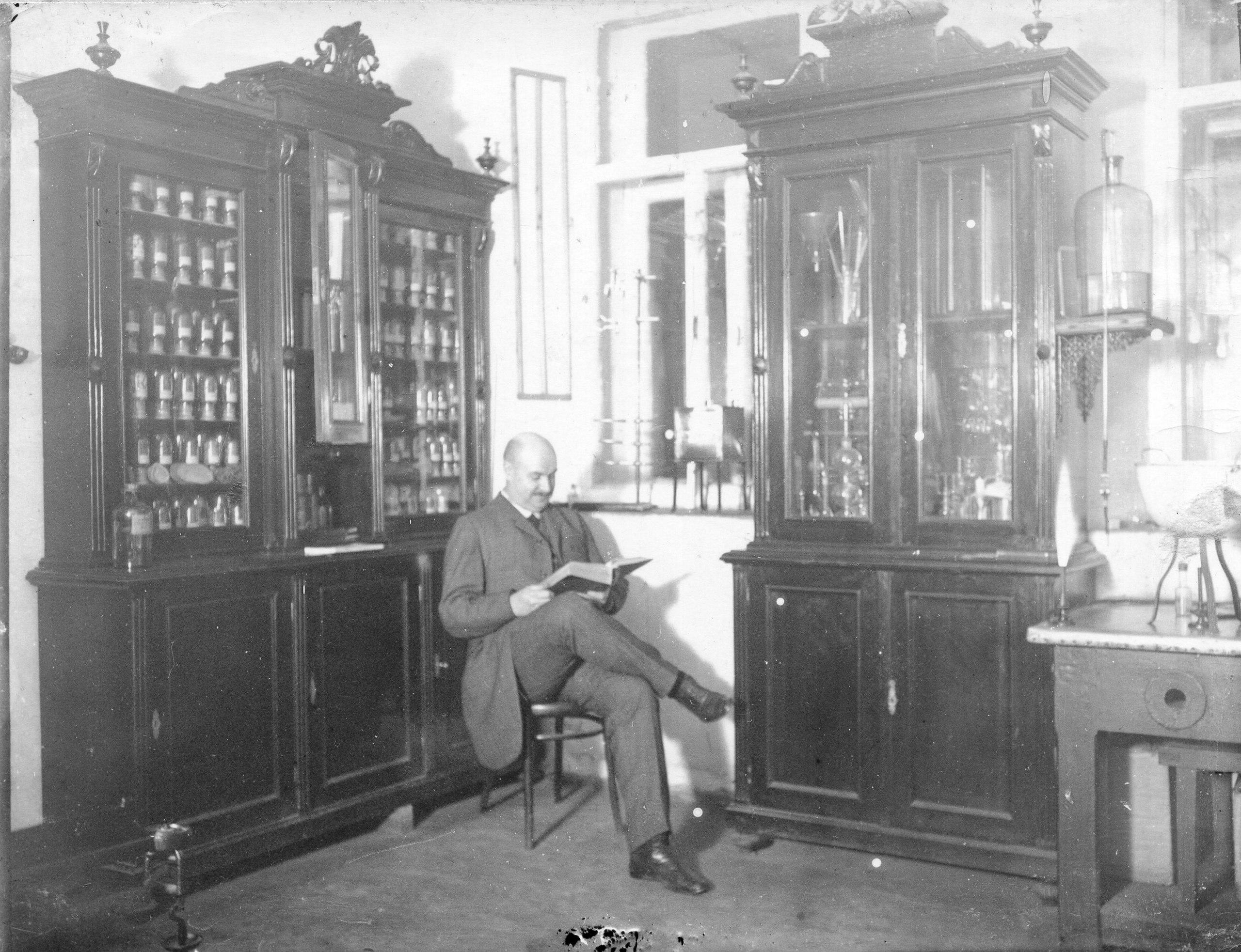 А. И. Бренинг в своей аптеке на улице Старо-Проломной. 1913–1916