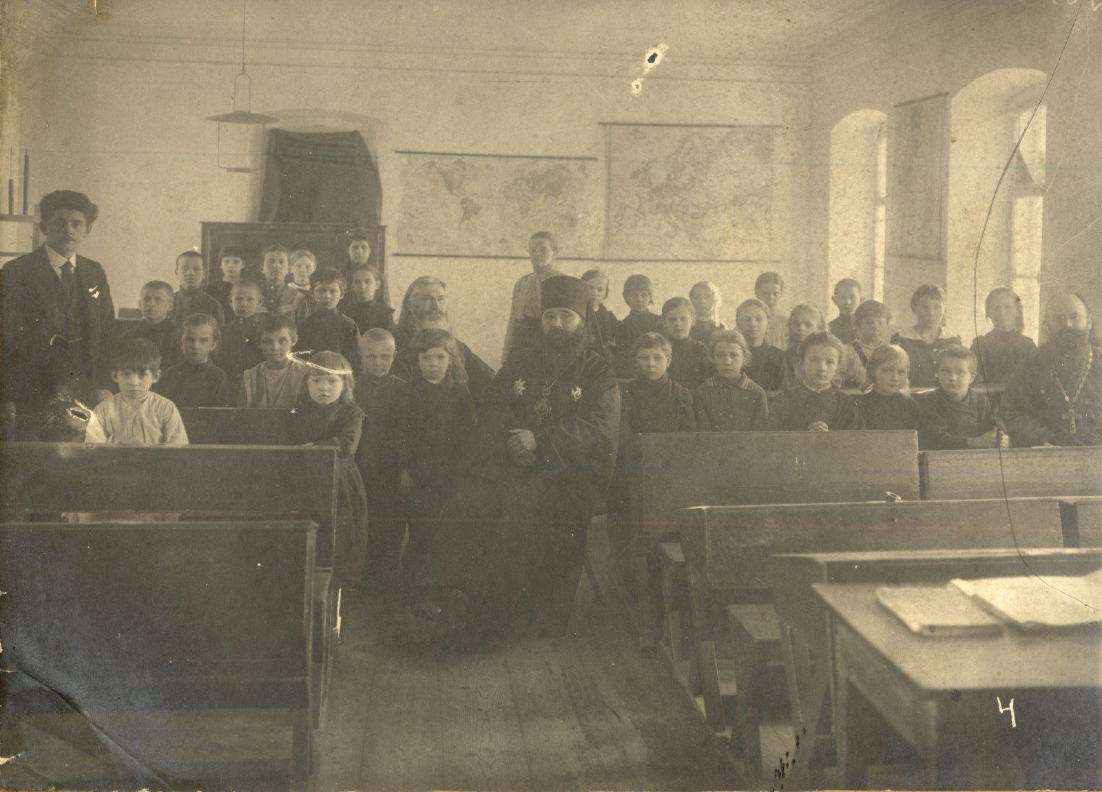 Учителя и учащиеся церковно-приходской школы