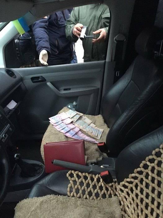 Полицейский чиновник в Кременце попался на взятке в 8 тыс. грн. ФОТО