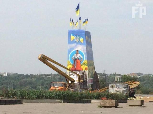 На постаменте в центре Запорожья вместо Ленина появились флаги Украины и казак. ФОТО