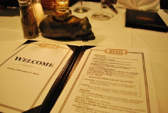 Всем гостям стоит помнить, что мобильные телефоны и другие гаджеты не должны лежать на столе. Тем бо