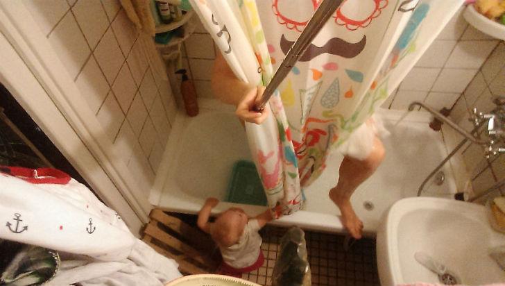 Василиса очень серьезно относится к гигиене, так что, когда я принимаю душ, дверь всегда открыта на
