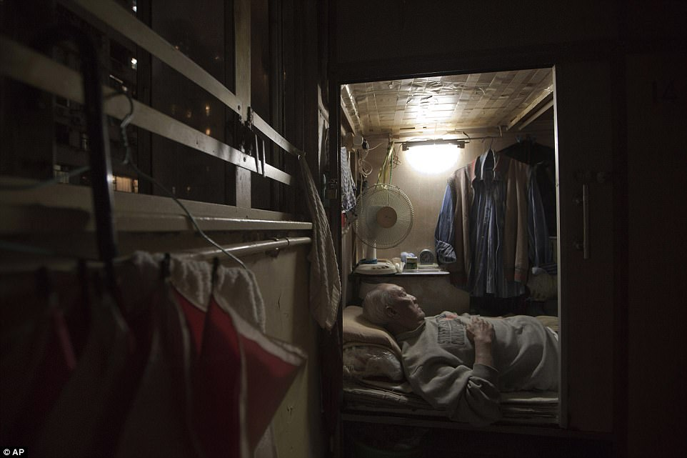 Це Чу, официант на пенсии, спит в своем углу.