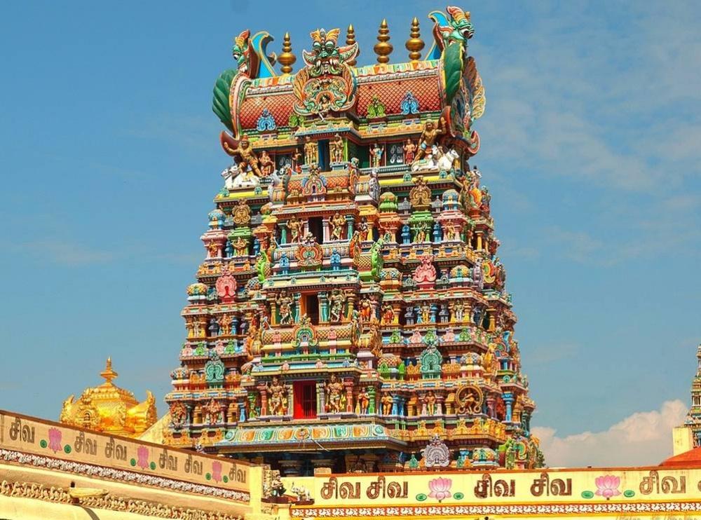 Храмовый комплекс огромен, местные жители проводят здесь все праздники. Онувенчан 14гопурами— баш