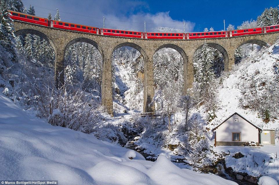 По словам фотографов, самой впечатляющей частью их поездки оказался вид поезда на виадуке Ландвассер