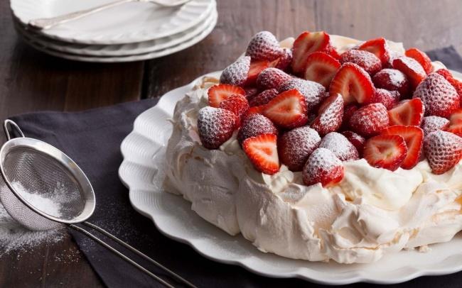 Это воздушный торт-безе совзбитыми сливками ифруктами. Онбыл создан вчесть визита балерины Анны