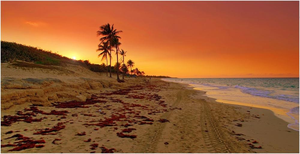Закат накубинском пляже. Приехав наКубу, можно ощутить влияние сразу нескольких культур иувидеть