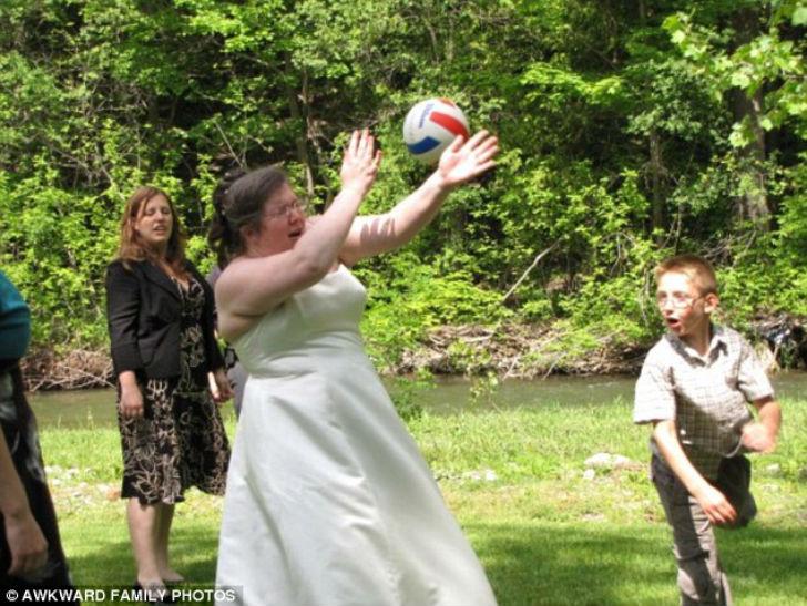Не стоит играть в волейбол на свадьбе.