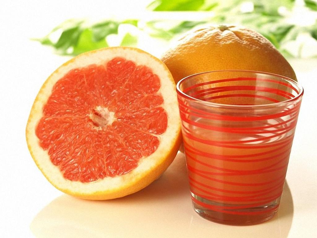 7. Сок из красных грейпфрутов разглаживает кожу. А всё благодаря ударной дозе ликопина — натуральног